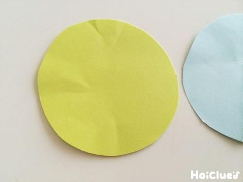 円形に切った画用紙の写真