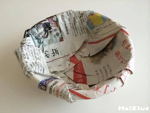 半球の形の容器に新聞紙をかぶせた写真