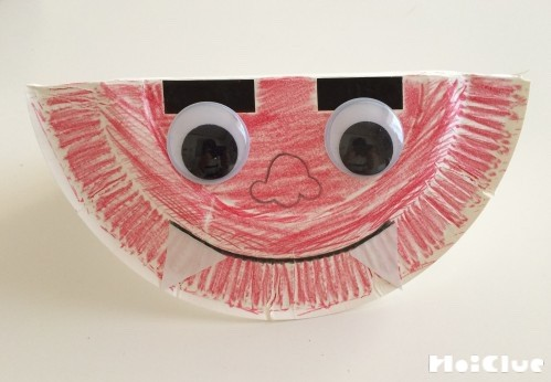 紙皿を半分に折り鬼の顔のパーツをつけた写真