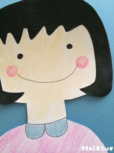 顔の部分に絵を描き、髪の毛や服などを貼り付けた写真