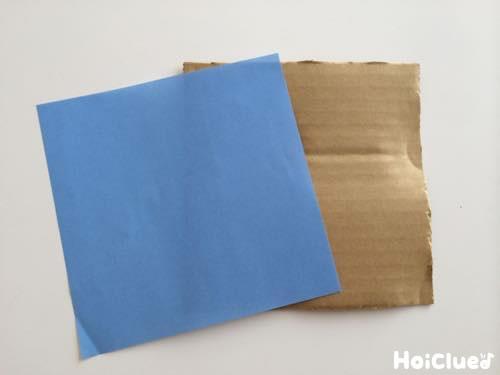1枚の折り紙と同じ大きさに切られた段ボールの写真