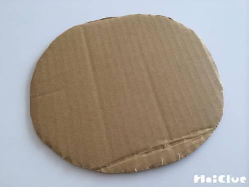 丸く切られた段ボールの写真