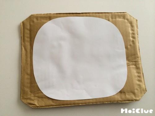 四角いダンボールに四角い画用紙を貼り付けた写真