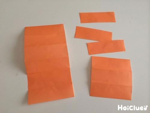 折り紙を小さい長方形に切った写真