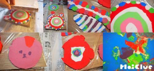 ぺちゃんこに潰れ様々な色や形になった粘土の写真