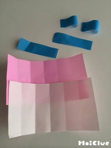 折り紙に細長い折り目をつけている写真