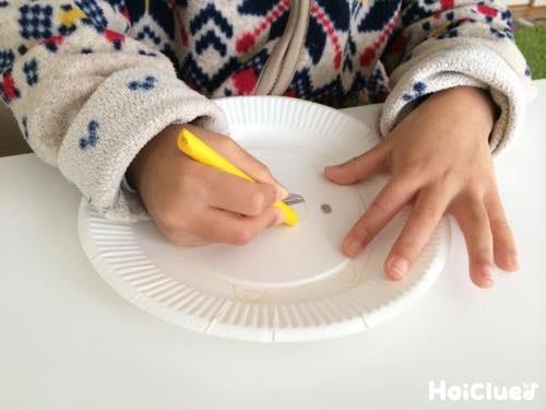 紙皿に絵を描く子どもの様子