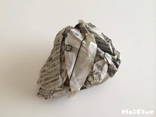 新聞紙を丸めた写真