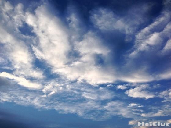 雲が浮かんでいる空の写真