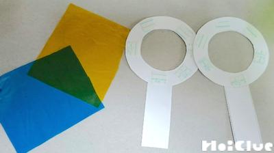 虫眼鏡の形に切った色画用紙2個