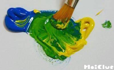 2色の絵の具を筆で混ぜる様子