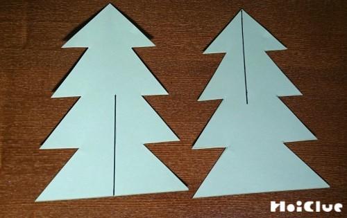 ツリーの形に切った画用紙に切り込みを入れた写真