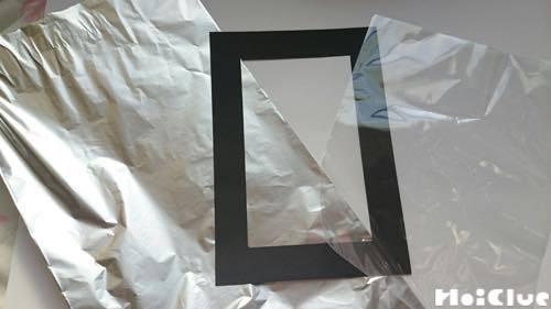 四角く切り抜いた画用紙の外枠と四角く切ったビニールとアルミホイル