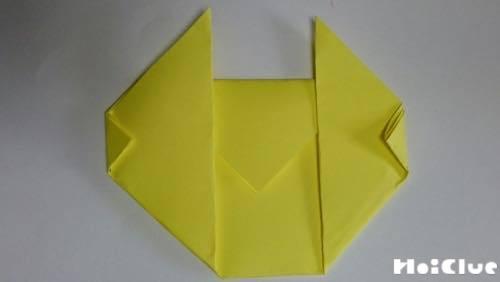 折り紙を折っている写真