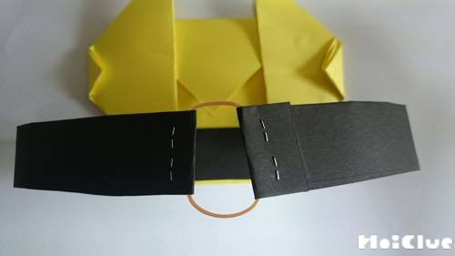折り紙と輪ゴムをホチキスで留めている写真