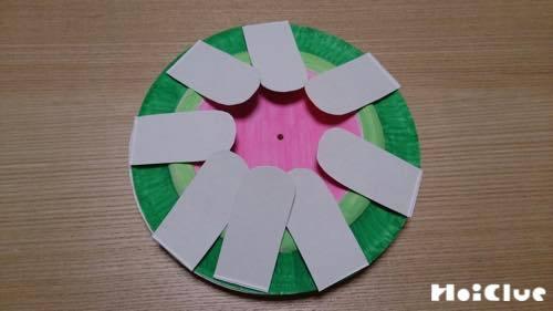 紙皿のまわりに花びらを貼り付けた様子
