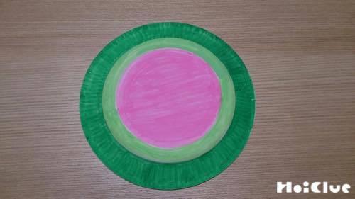 色を塗った紙皿の写真