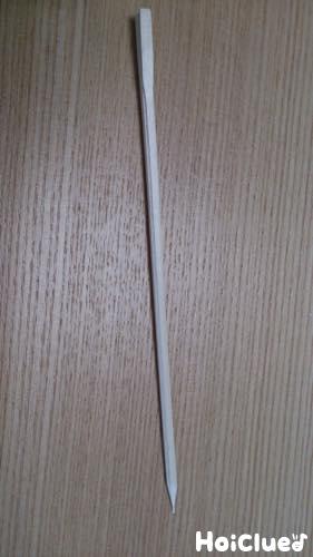 削って先端を尖らせた割り箸の写真