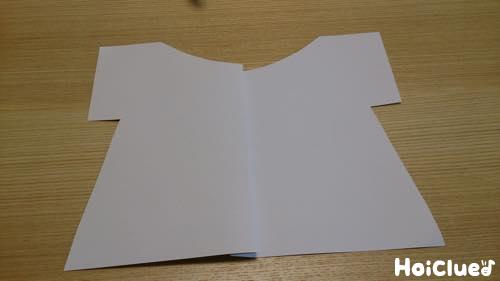Tシャツの形に重ね切りし紙を開いた写真