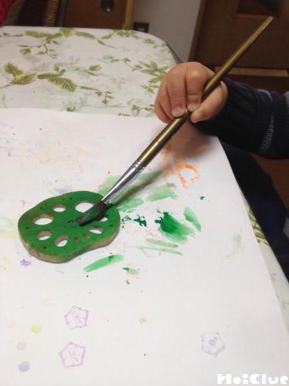 スライスしたレンコンに絵の具で色をつける様子