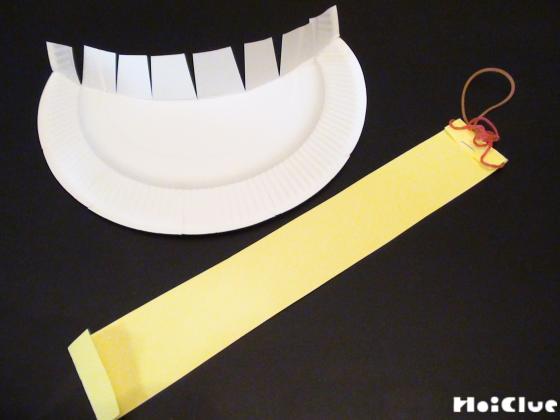 紙皿を帽子の形に切り取り切り込みを入れた写真