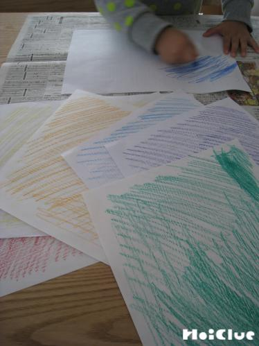 画用紙に色を塗っている写真