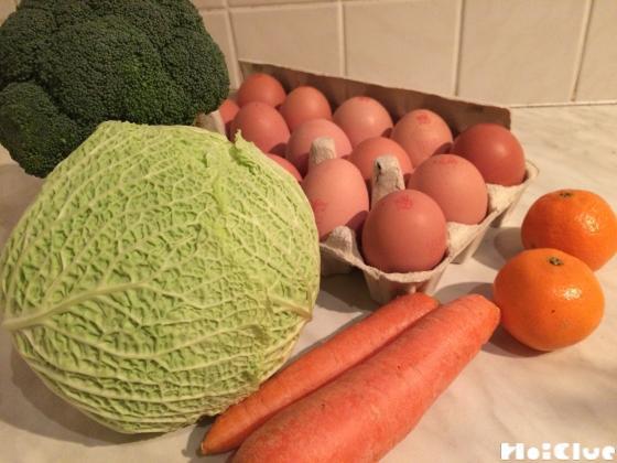 ブロッコリー・キャベツ・人参・みかん・卵の写真