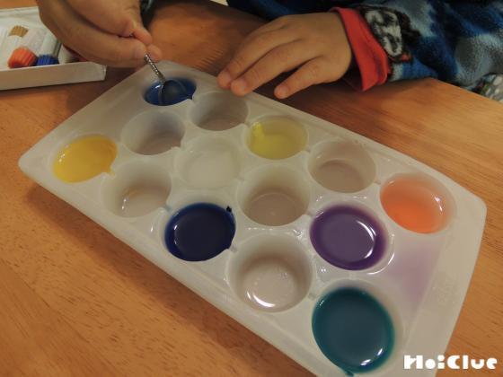 いろんな色水を作っている写真