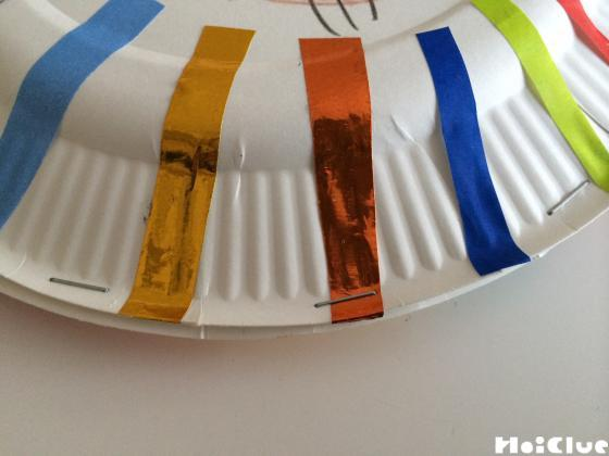紙皿をホチキスで二枚留めた写真