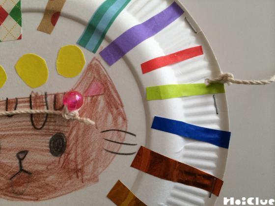 紙皿にタコ糸を通した写真