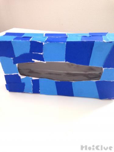 ティッシュ箱に折り紙を貼り付けた写真