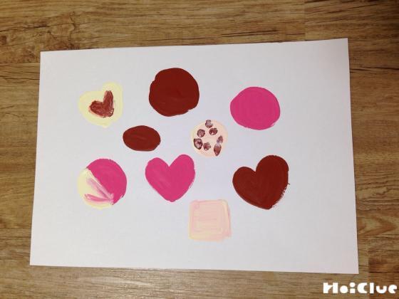 画用紙を丸やハート型に切り抜き色をつけた写真