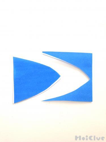 折り紙を切り取っている写真