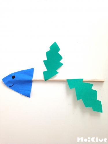 割り箸に葉っぱの形の折り紙を貼り付けた写真