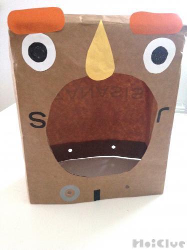 紙袋に顔を描いた写真