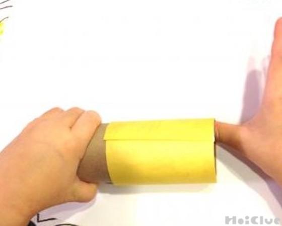 トイレットペーパーの芯に黄色い画用紙を貼った写真