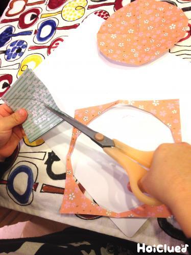 折り紙を切っている写真
