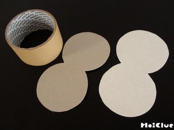 だるまの形に切り取った厚紙とガムテープの写真