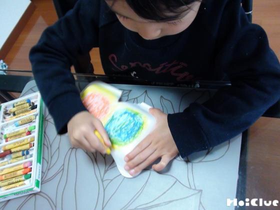 スチロール皿に絵を描く子どもの様子