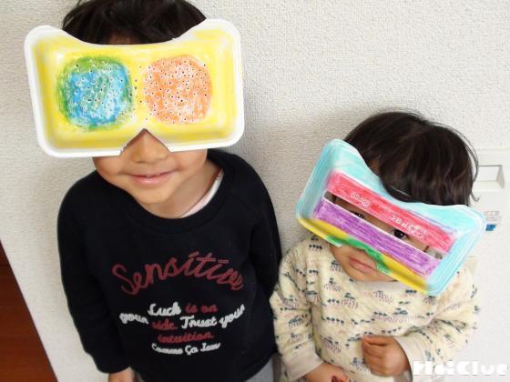 完成したスノーグラスをつける子どもの写真