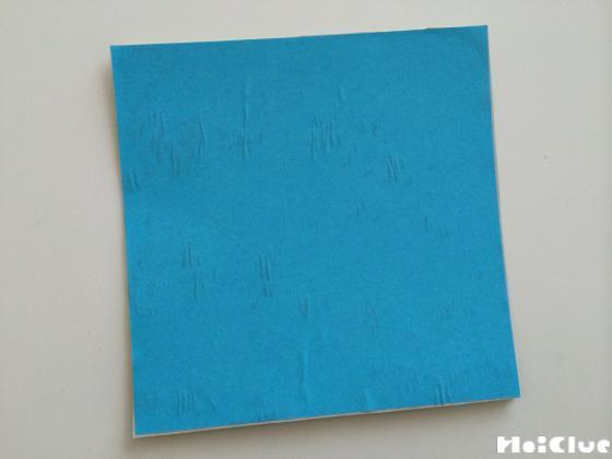 正方形の厚紙の両面に折り紙を貼った様子