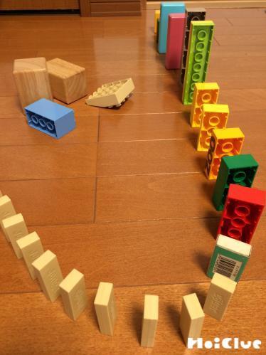 ブロックと積み木を床に並べた様子