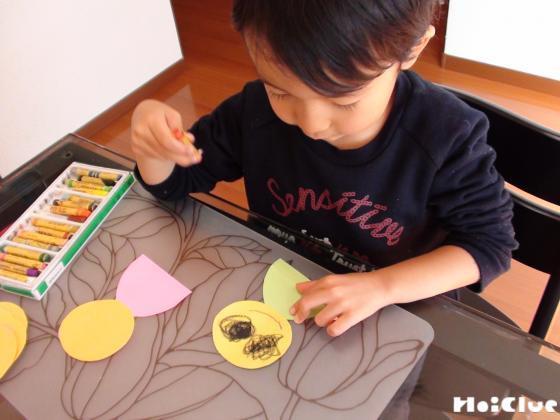 お雛様のお顔を描いている写真
