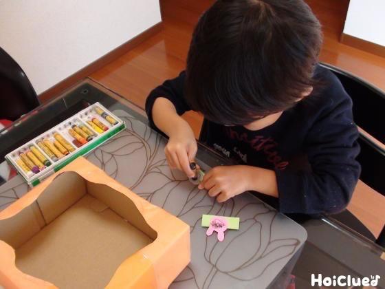 画用紙でジェットコースターを作る子どもの様子