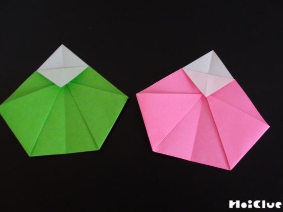 2枚のおりがみをそれぞれお雛様の形に折った写真