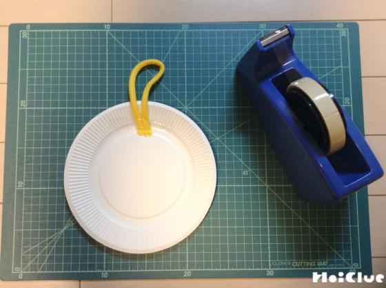 紙皿とセロハンテープの写真