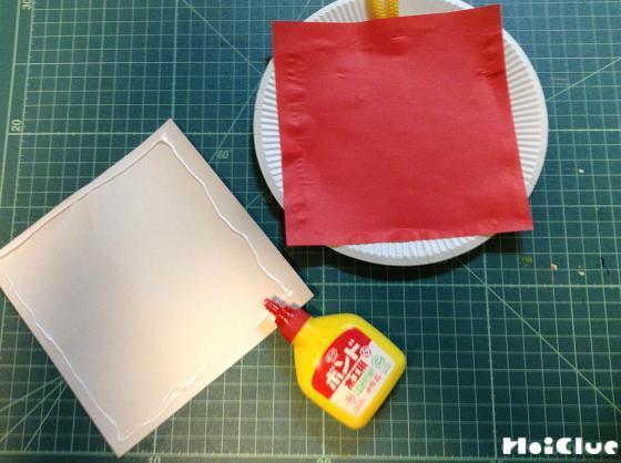 折り紙にノリをつけている写真