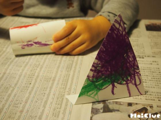 三角の画用紙に色をつけている写真