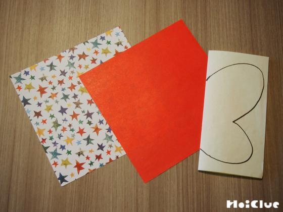 折り紙を半分に折り片方のちょうちょの羽の絵を描いた写真