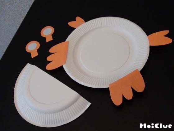 紙皿の上に画用紙で作ったカニの手足を置いた写真